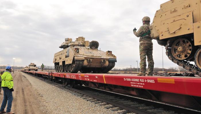 한국 오는 美 1사단 2전투여단, 캔자스 기지서 전차 수송 시작 - 한반도 순환 배치를 앞둔 미 육군 제1보병사단 예하 2전투여단이 지난 8일(현지 시각) 미 캔자스주 포트라일리 기지에서 한국으로 출발하기 전 첨단 전차 등 부대 장비의 철도 수송을 준비하고 있다. 미 국방부는 국방 영상정보배포시스템(DVIDS)을 통해 관련 영상을 직접 공개했다.