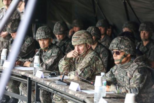 로버트 에이브럼스 한미연합사령관 겸 주한미군 사령관(가운데)이 최병혁 연합사 부사령관(오른쪽)과 남영신 지상작전사령관 등과 함께 영평사격장(로드리게스)에서 실시된 한국군 제5포병여단 실사격훈련을 참관하고 있다. /주한미군 페이스북 캡처