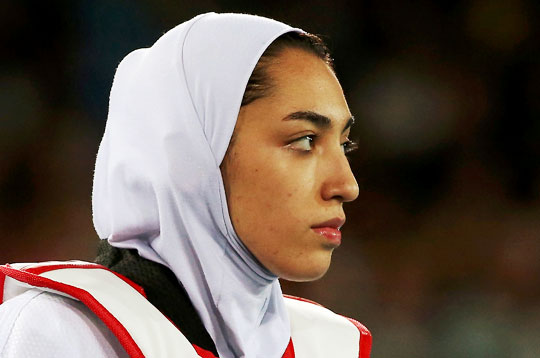 키미아 알리자데 제누린은 이슬람 율법에 따라 머리에 히잡을 두르고 경기를 뛰었다.