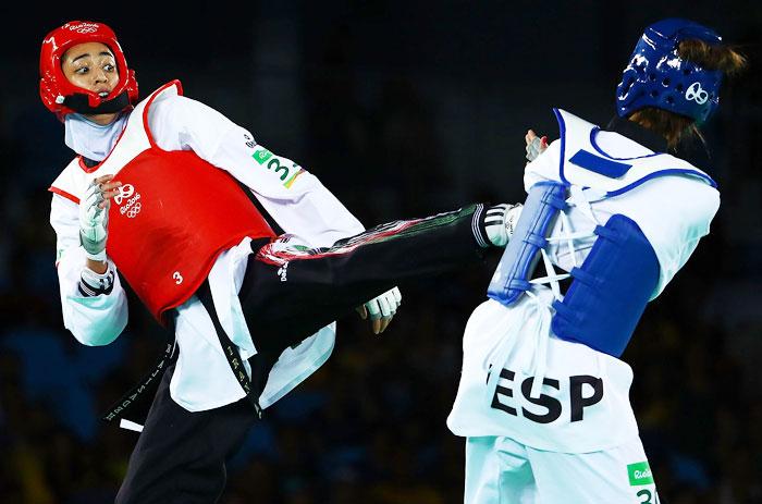 이란의 키미아 알리자데 제누린(왼쪽)이 2016년 리우올림픽 여자 태권도 57㎏급 8강에서 스페인 선수를 상대로 발차기를 하는 모습.