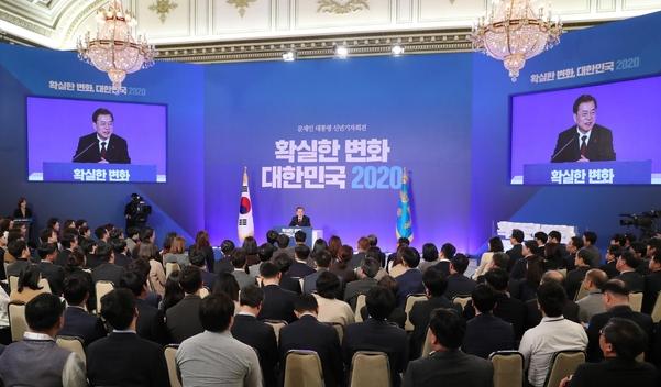 문재인 대통령이 14일 청와대에서 신년 기자회견을 하고 있다./연합뉴스