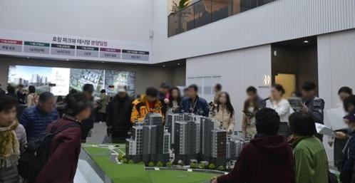 작년 12월  5일 방문자들이 효창파크뷰데시앙 견본주택을 살펴보고 있다. / 연합뉴스