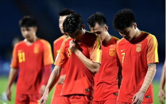 지난 12일(한국시각) 중국 U-23 축구대표팀이 우즈벡과의 경기에 패하고 고개를 숙인 모습. /중국 시나스포츠 캡처