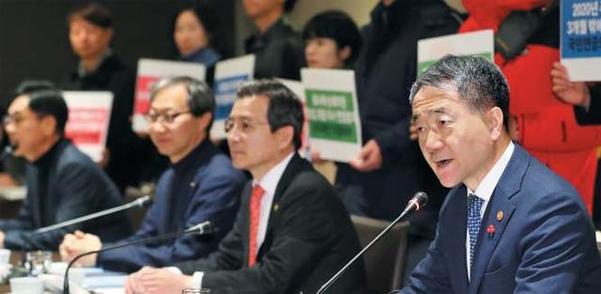 지난해 12월 27일 서울 중구 더 플라자 호텔에서 열린 제9차 국민연금 기금운용위원회 회의에서 기금운용위원장인 박능후(맨 오른쪽) 보건복지부 장관이 모두 발언을 하고 있다. /뉴시스