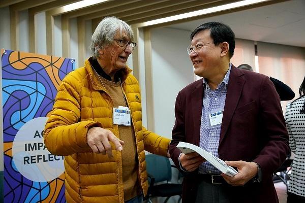 허태수 GS 회장이 13~14일 이틀간 서울 역삼동 디캠프에서 열린 '스탠퍼드 디자인 씽킹 심포지엄 2020' 에 참석해 래리 라이퍼 스탠퍼드 디자인 센터장과 이야기를 나누고 있다. / GS 제공