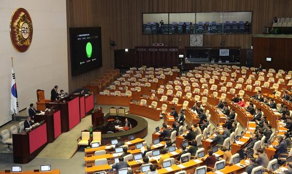검경 수사권 조정법안인 검찰청법 개정안이 13일 오후 열린 국회 본회의에서 자유한국당 의원들이 퇴장한 가운데 통과되고 있다./연합뉴스