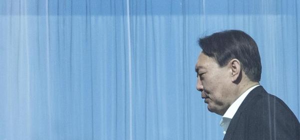 윤석열 검찰총장이 13일 서울 서초구 대검찰청에서 점심 식사를 위해 이동하고 있다. /연합뉴스