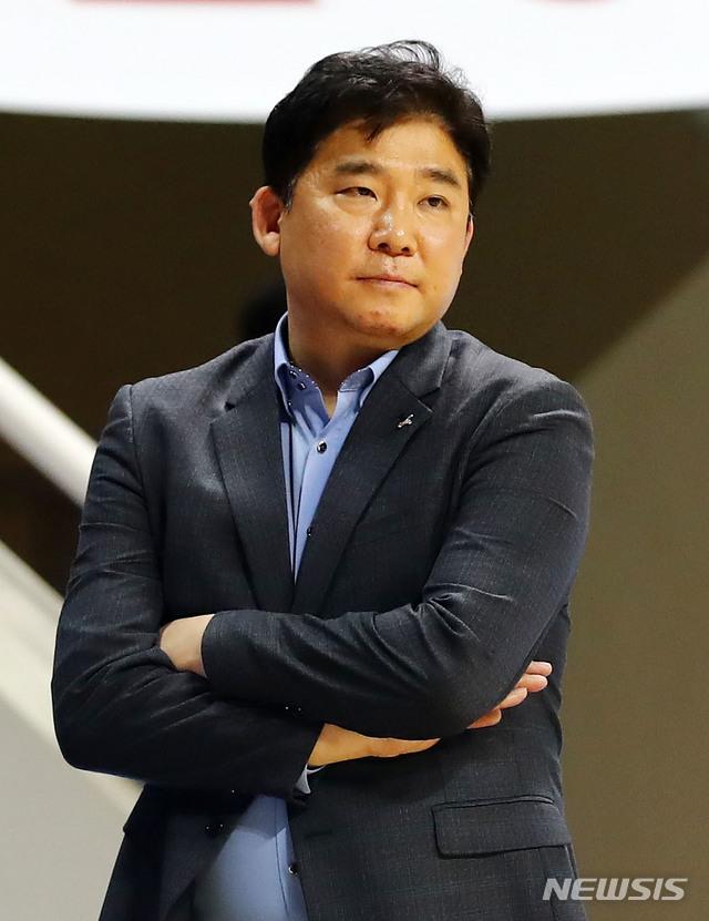 경기 바라보는 김승기 감독