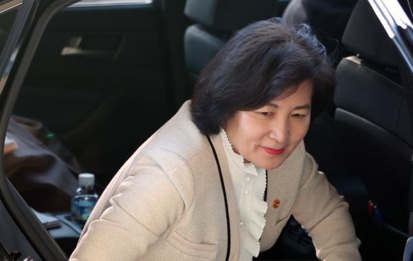 추미애 법무장관이 지난 13일 정부과천청사 법무부에 도착해 차에서 내리고 있다. /연합뉴스