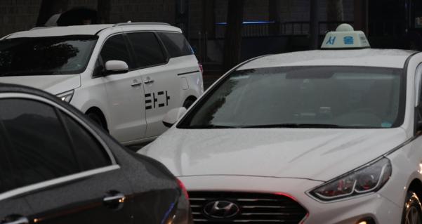 '타다'와 택시가 서울광장 인근을 지나고 있다./연합뉴스