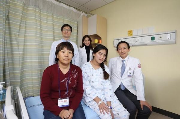 계명대 동산병원에서 수술을 받은 자나토바 다나(가운데)양이 의료진과 기념촬영을 하고 있다. /동산병원 제공