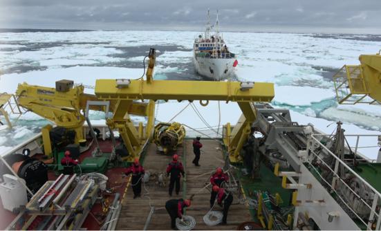 쇄빙연구선 아라온호가 원양어선 707홍진호를 구조하고있다./해수부 제공