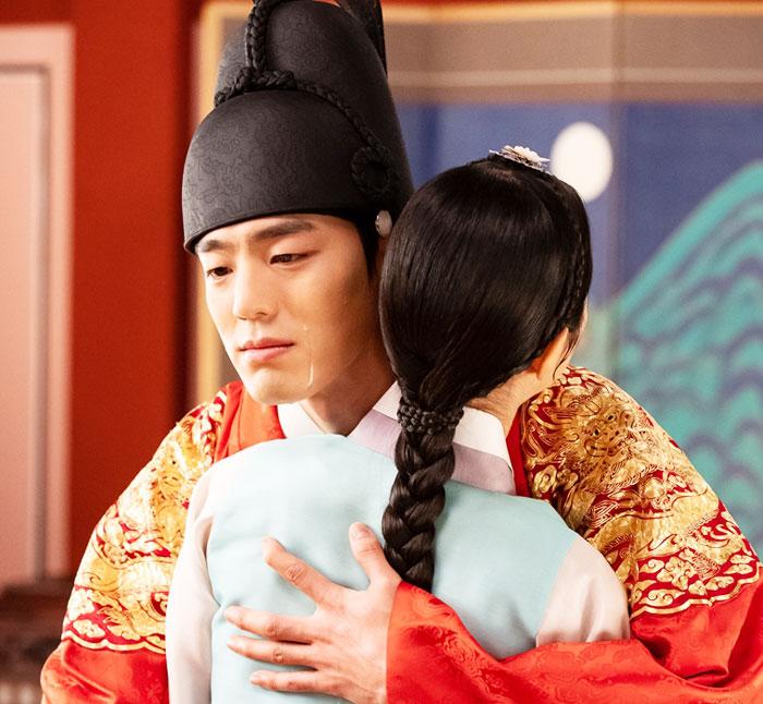지난 12일 방송된 '간택'의 한 장면. 이경(김민규)이 은보(진세연)를 안고 눈물을 흘리고 있다.