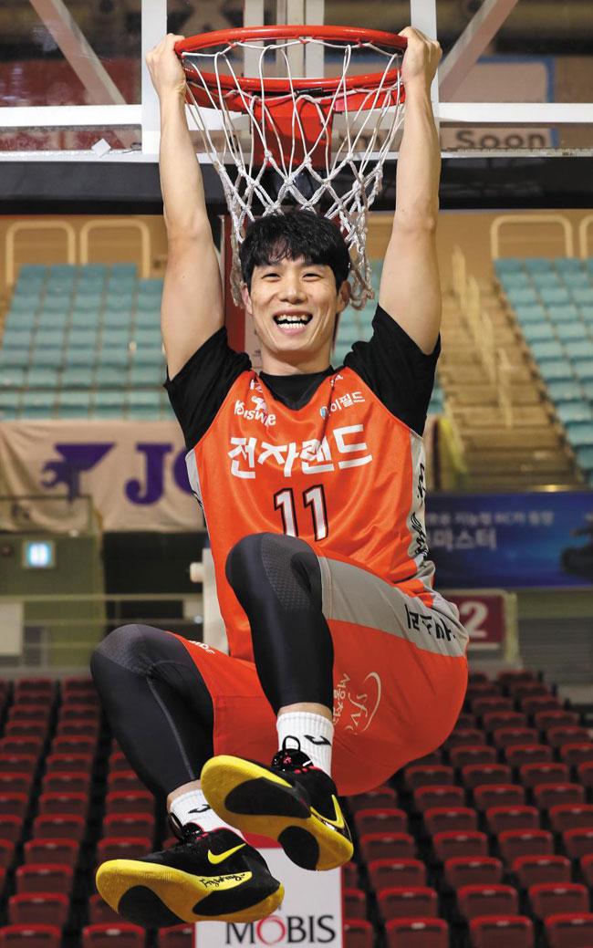 농구 선수가 되고 나서 덩크슛을 한 번도 해 본 적이 없다는 홍경기가 림에 매달려 활짝 웃는 모습.