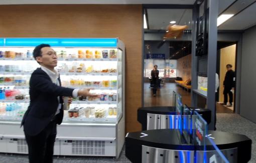 이현규 GS리테일 편의점사업부 과장이 14일 서울 중구 을지트윈타워 20층에 위치한 'GS25 을지스마트점매장에서 '치즈카라멜 팝콘'을 출입구 밖으로 던진 후 매장을 나온 결과 인공지능(AI)은 이를 인식해 해당 제품을 결제했다./안상희 기자