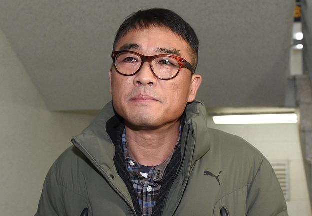 가수 김건모가 성폭행 혐의 조사를 받기 위해 15일 오전 서울 강남경찰서에 출석하고 있다. /연합뉴스