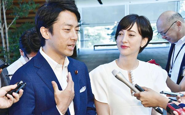 고이즈미 신지로(왼쪽) 중의원 의원과 다키가와 크리스텔이 결혼 계획을 밝히고 있다./ 연합뉴스