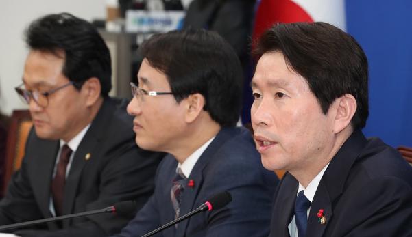 더불어민주당 이인영(오른쪽) 원내대표가 14일 당 원내대책회의에서 발언하고 있다./연합뉴스