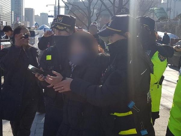15일 서울 종로구 정부서울청사 앞에서 천막 철거를 막는 과정에서 김모(48)씨가 경찰에 연행되고 있다. /독자 제공