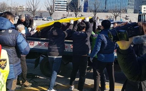 15일 서울 종로구청 직원들이 정부서울청사 앞 탈북민 농성장에 설치한 천막을 철거하고 있다. /독자 제공