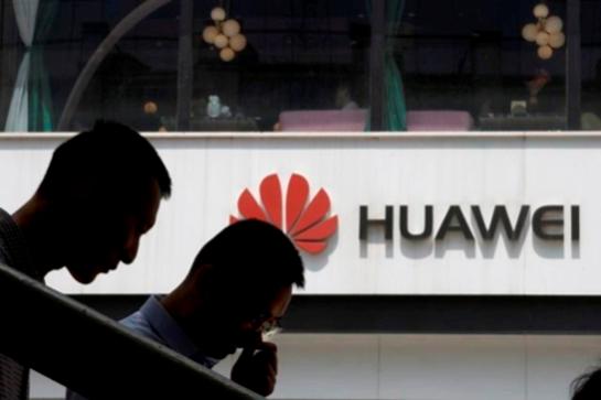 중국 베이징 화웨이 매장 앞을 지나가는 행인들. /AP 연합뉴스
