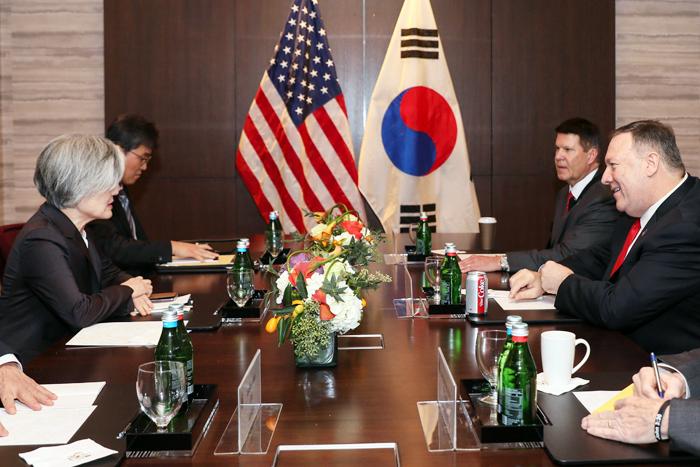 강경화(맨 왼쪽) 외교부 장관이 14일(현지 시각) 미국 캘리포니아 팰로앨토 한 호텔에서 열린 한·미 외교장관 회담에서 마이크 폼페이오(맨 오른쪽) 미 국무부 장관과 대화하고 있다.