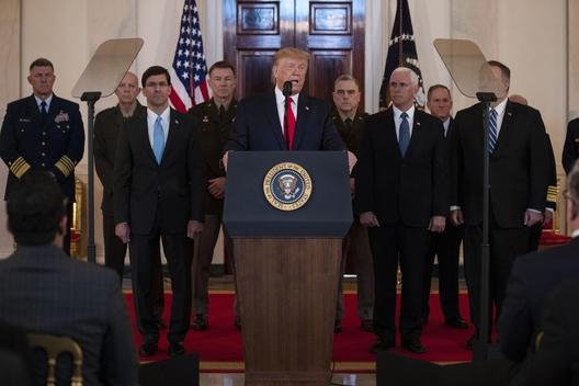 도널드 트럼프 미국 대통령이 8일(현지시간) 백악관에서 참모진을 배석시킨 가운데 대국민 연설을 하고 있다. /연합뉴스