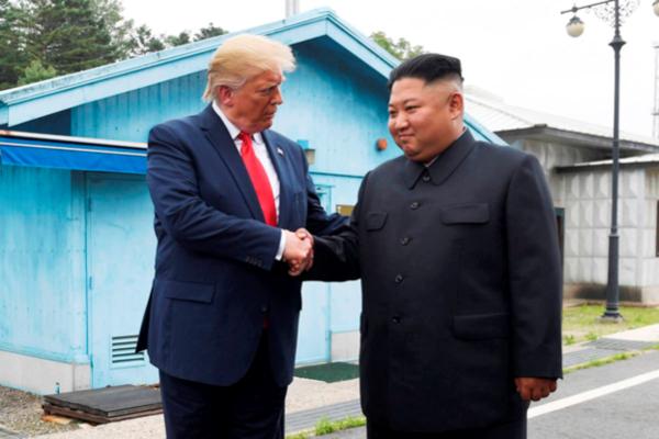 도널드 트럼프(왼쪽) 미국 대통령이 지난해 6월 30일 김정은 북한 국무위원장과 판문점에서 만나 악수하고 있다. /트위터 캡처