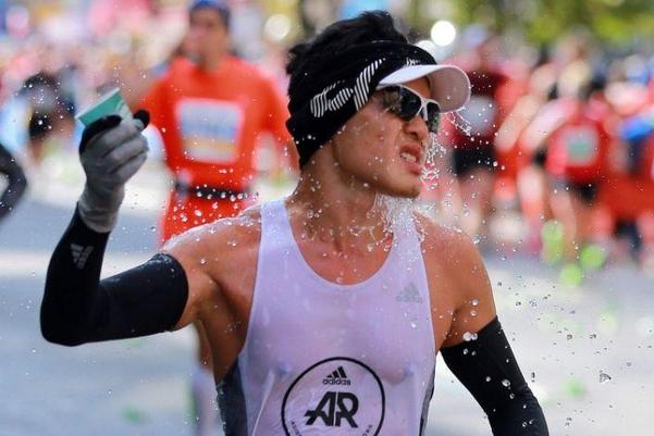 풀코스 마라톤 대회 참가자가 물을 뿌려 더위를 식히고 있다.  /트위터 캡처