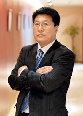중국 칭화유니그룹 사카모토 유키오 수석부사장. 일본 엘피다메모리 전 CEO 출신이다. 사진은 엘피다 시절인 지난 2003년 직경300㎜ D램 웨이퍼를 들고 있는 모습.