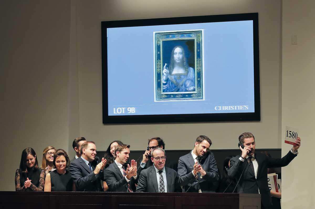 2017년 11월 15일 뉴욕크리스티 경매에서 레오나르도 다빈치 작품 '구세주'가 역대 최고가로 낙찰되자 경매사들이 환호하고 있다.