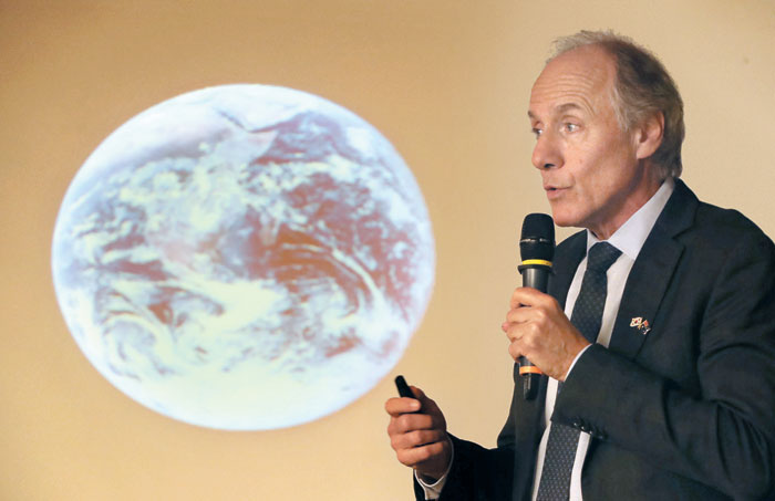 앨런 핀켈 호주 수석과학자가 2019년 12월 서울 여의도 국회 의원회관에서 열린 한국·호주 수소경제 세미나에서 수소경제 강연을 하고 있다.