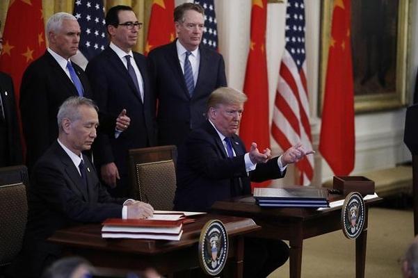 15일(현지 시각) 미국 백악관에서 무역합의에 서명한 도널드 트럼프 미국 대통령과 류허 중국 부총리. /연합뉴스