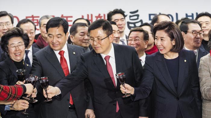 자유한국당 황교안(왼쪽에서 셋째) 대표가 16일 서울 여의도 자유한국당 중앙당사에서 열린 한국당 서울시당 신년인사회에서 참석자들과 건배하고 있다. 앞줄 왼쪽부터 이은재 의원, 심재철 원내대표, 황 대표, 나경원 전 원내대표.