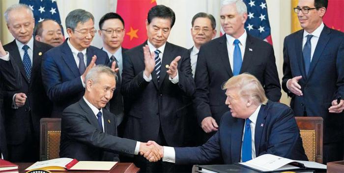 美中, 무역전쟁 18개월만에 1단계 합의 서명 - 도널드 트럼프(앞줄 오른쪽) 미국 대통령이 15일(현지 시각) 백악관에서 미·중 1단계 무역 합의안에 서명한 뒤 중국 무역 협상 대표인 류허(劉鶴) 부총리와 악수를 하고 있다. 중국은 앞으로 2년 동안 미국산 상품·서비스를 2000억달러(약 232조원)어치 더 구매하기로 했고, 미국은 중국 상품에 매긴 관세를 일부 내리기로 했다.