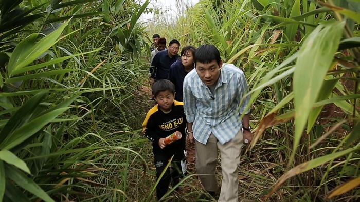 정성호가 탈북 청소년들과 동남아 숲속을 지나는 모습.