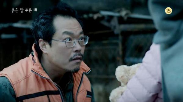 드라마 '붉은 달 푸른 해'에서 개장수로 출연한 백현진의 독창적인 표정.