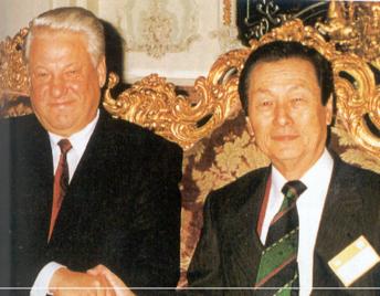 1992년 11월 보리스 엘친 러시아 대통령이 한국을 방문했을 당시 신 명예회장이 서울 롯데호텔에서 그를 맞이한 모습./롯데그룹 제공