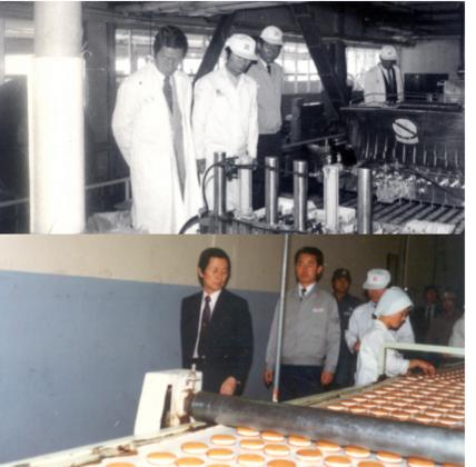 신격호 롯데명예회장이 1980년대 초 롯데제과 양산공장을 방문한 모습. 아래는 그가 양산공장의 초코파이 생산라인을 둘러보고 있는 모습./롯데그룹 제공
