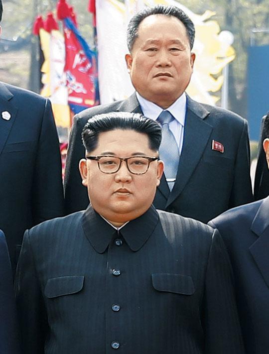 북한 신임 외무상으로 임명된 것으로 19일 알려진 리선권(뒤) 북한 조국평화통일위원장이 2018년 4월 27일 판문점 남북 정상회담 당시 김정은 국무위원장 뒤에서 기념 촬영을 하고 있다.