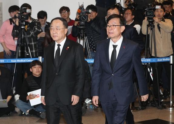 홍남기(사진 왼쪽) 부총리 겸 기획재정부 장관과 김상조 청와대 정책실장. /연합뉴스