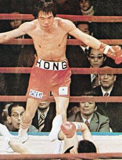 홍수환이 1978년 2월 1일 일본 도쿄에서 열린 가사하라 유와의 세계복싱협회(WBA) 주니어페더급 1차 방어전에서 다운을 빼앗는 모습.