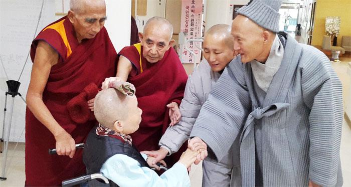 청전(오른쪽) 스님 초청으로 한국에 온 티베트 노스님들이 환자들을 위로하고 있다.