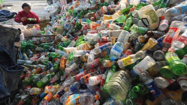 중국에서 버려진 플라스틱 병들이 산처럼 쌓여있다.  /트위터 캡처