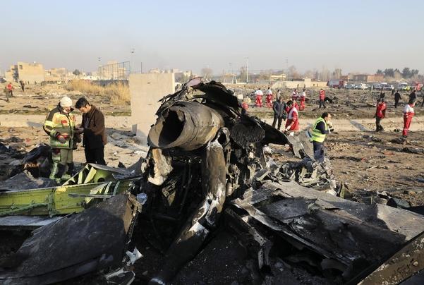 지난 8일 이란 수도 테헤란 인근의 우크라이나 여객기 추락 현장에 기체 잔해가 널려 있다. /연합뉴스