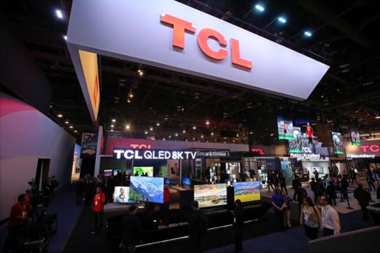 세계 최대 정보기술(IT) 박람회 'CES 2019' 개막 이틀째인 지난 9일(현지 시각) 미국 네바다주 라스베이거스 컨벤션센터에서 관람객들이 TCL 전시관을 둘러보고 있다. /연합뉴스