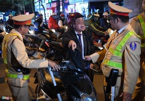 베트남에서 음주운전 단속 중인 교통경찰과 실랑이를 벌이는 오토바이 운전자/Zing 웹사이트 캡처=연합뉴스