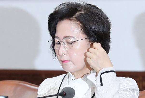 추미애 법무부 장관이 21일 오전 정부서울청사에서 열린 국무회의 참석하고 있다./연합뉴스