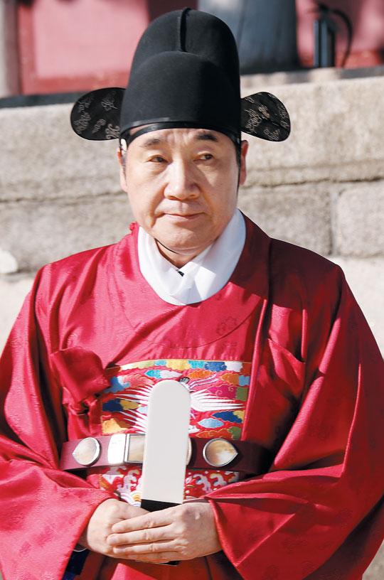 이낙연 전 국무총리가 붉은색 도포 차림으로 21일 서울 종로구 성균관에서 봉심(奉審)을 하는 모습.