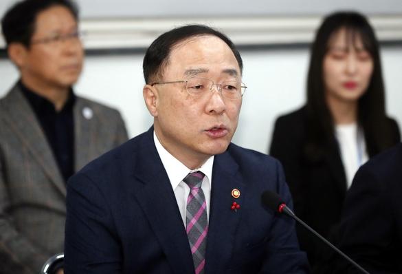 '2% 성장, 차선의 선방' 홍남기 자화자찬…전문가 '인위적 끼워 맞추기'